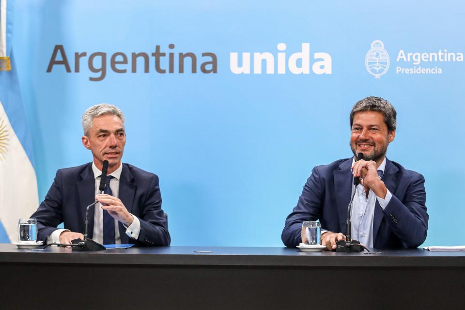 El ministro de Transporte, Mario Meoni y el de Turismo, Matías Lammens.
