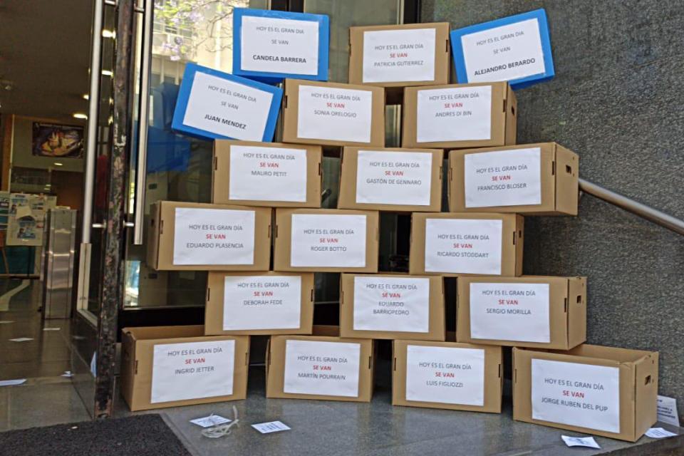 Los trabajadores de Vialidad pusieron cajas en la puerta para invitar a los gerentes a depositar sus cosas e irse.