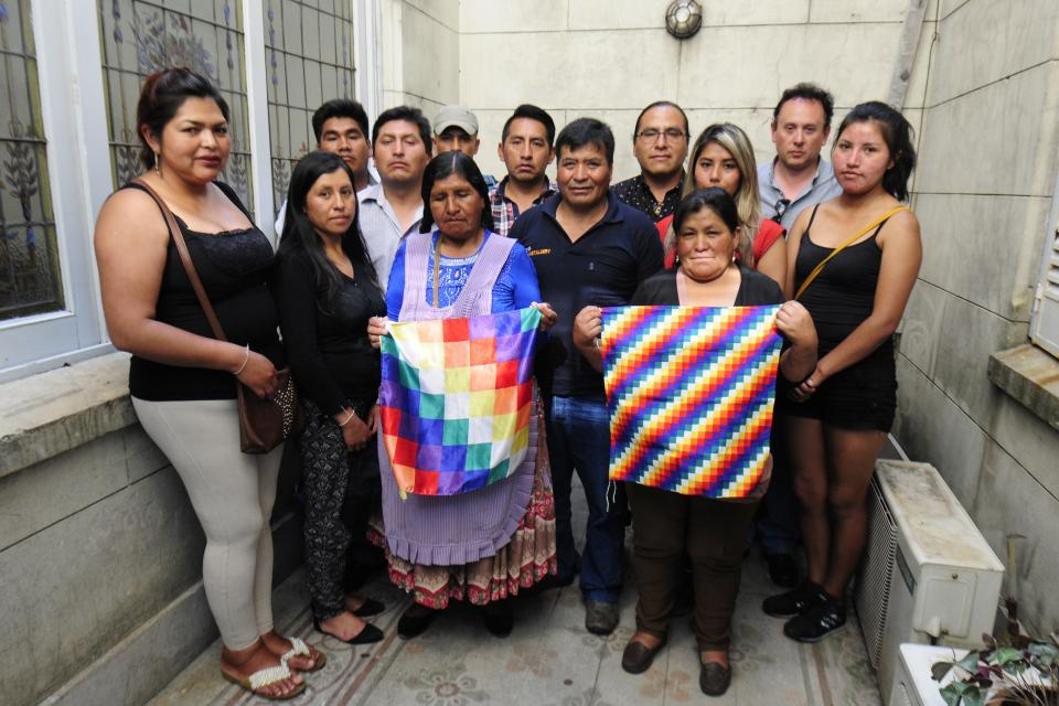 Paulina Siñani (centro) junto a Eulogio Vásquez Cuba, entre víctimas y familiares de víctimas de la represión de Senkata.