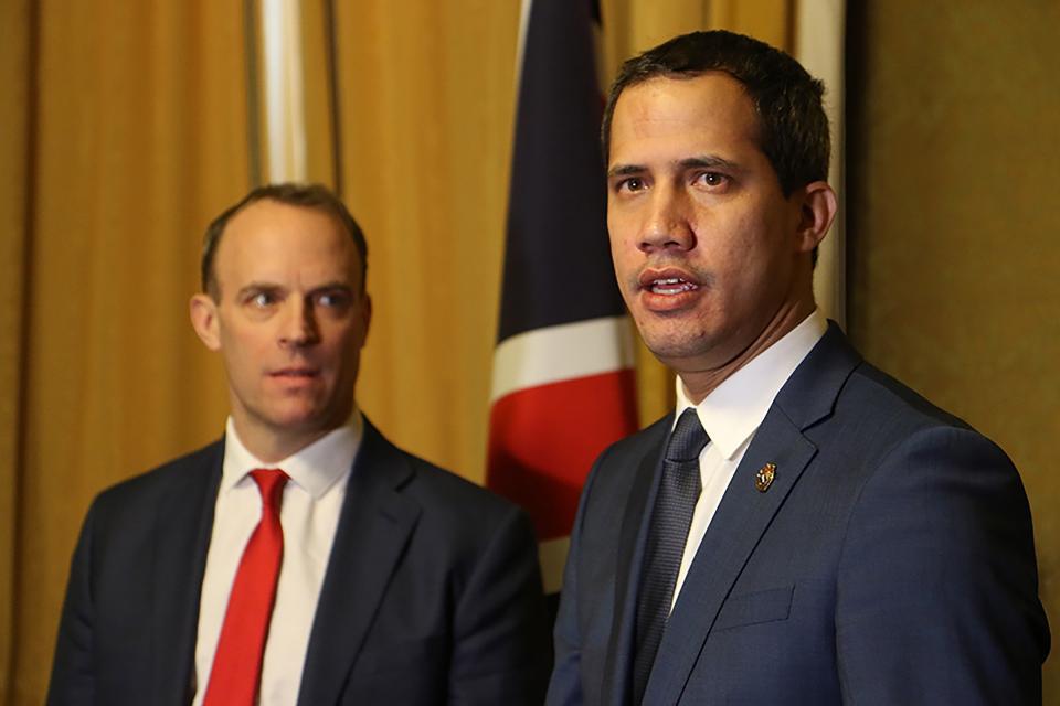 El canciller británico Dominic Raab junto a al opositor venezolano Juan Guaidó.