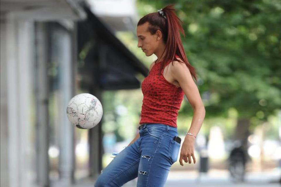 Mara Gómez, con la pelota en las calles de La Plata.