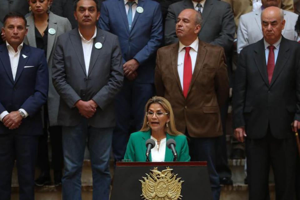 """Jeanine Añez pidió la renuncia de su gabinete """"para garantizar institucionalidad"""" en Bolivia."""