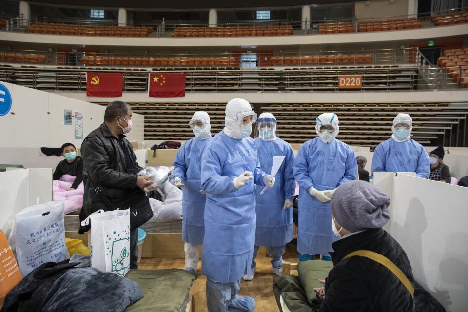 El personal de salud atiende a los pacientes en el nuevo hospital de Wuhan.