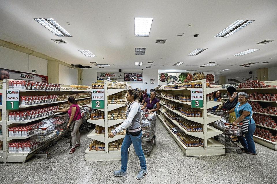 Los supermercados se abastecen de productos importados y cobran en dólares o su equivalente.