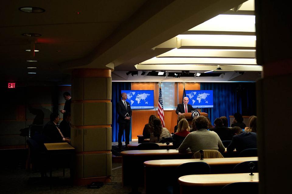Elliot abrams se explaya sobre las sanciones en una conferencia de prensa el martes en el Departamento de Estado en Washington.