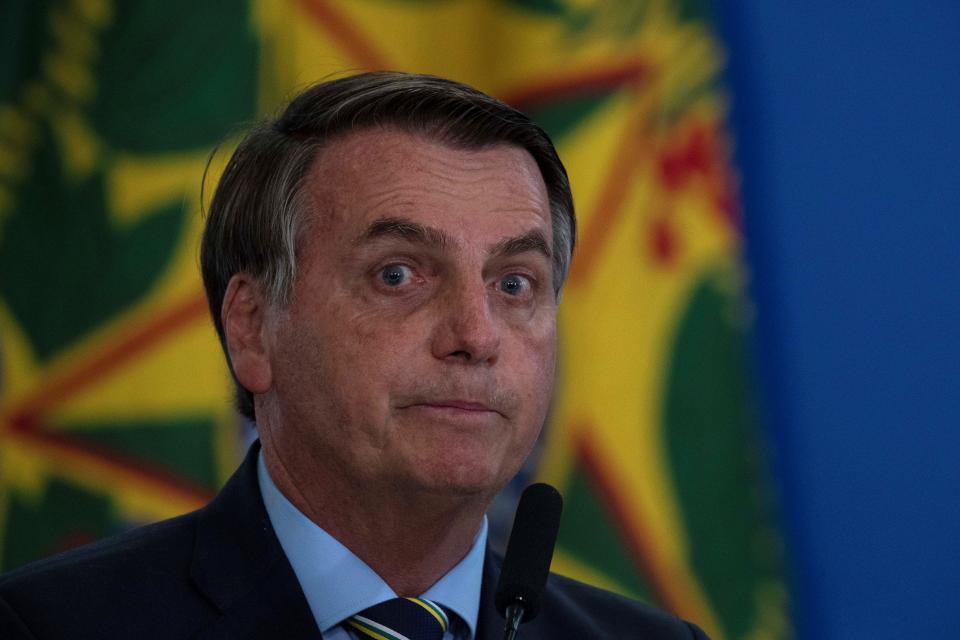 1. Bolsonaro compartió llamadas a una marcha antidemocrática en grupos de Whatsapp. 2. Militares patrullan las playas de Río de Janeiro.