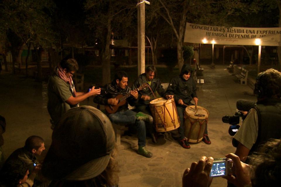 Divididos en la plaza de Tilcara, en una guitarreada nocturna.