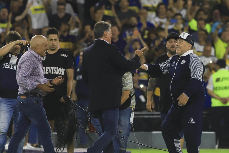 Brindisi y Perotti van a recibir a Maradona para regalarle la plaqueta y una camiseta.