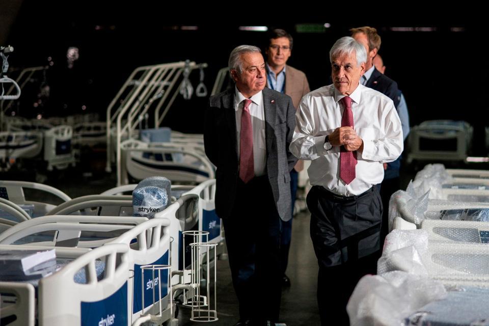 Jaime Mañalich junto al presidente Sebastián Piñera recorren un hospital.