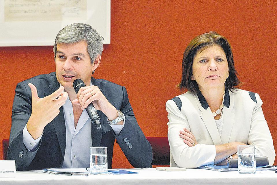 Marcos Peña y Patricia Bullrich , detrás de los caceroleros.