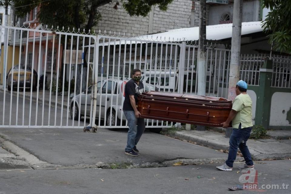 Familiares cargan un féretro en Guayaquil, donde las funerarias dejaron de trabajar por miedo a l Covid-19.