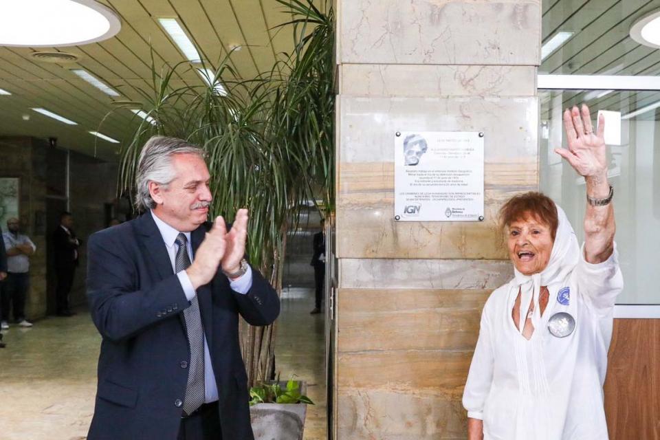 Archivo. Foto tomada el día en que fue restituida la placa conmemorativa de Alejandro Almeida, hijo de Taty, integrante de Línea Fundadora, en el Instituto Geográfico Nacional.
