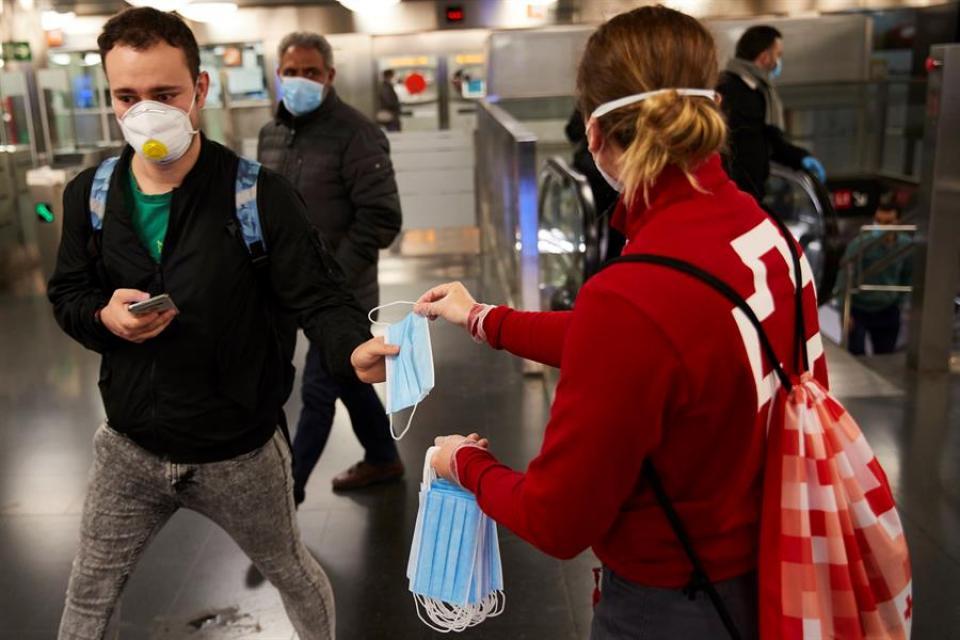Esta mañana comenzó la entrega de mascarillas en los transportes públicos en España.