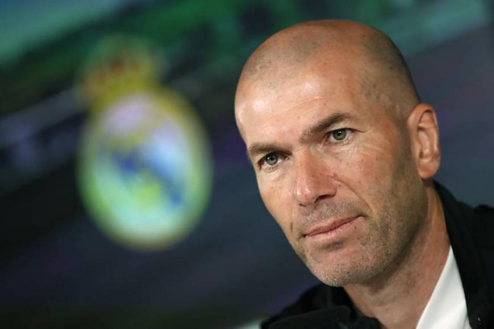 Zinedine Zidane, entrenador del Real Madrid, que todavia está en tres competiciones.
