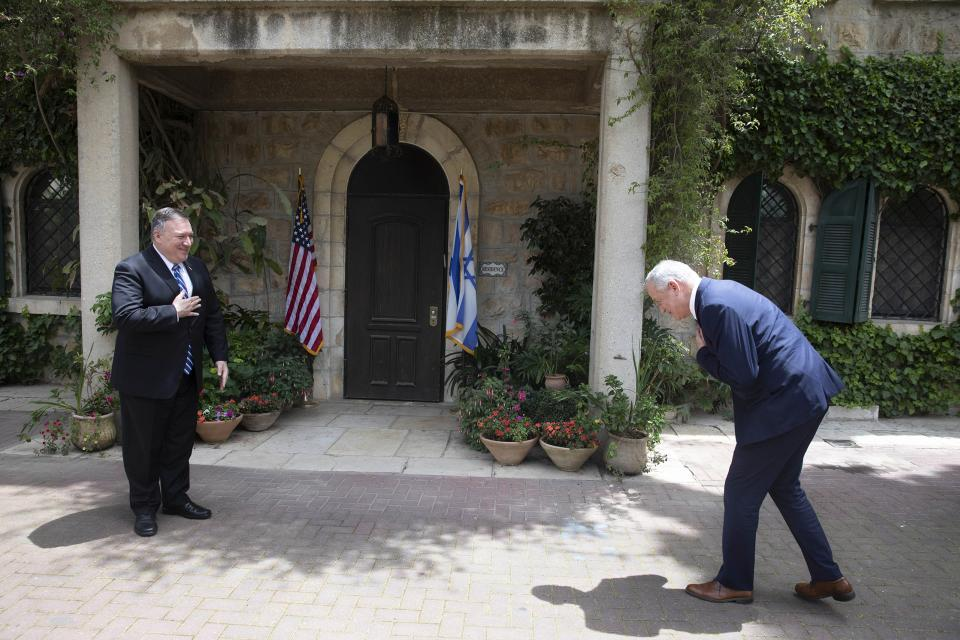 Pompeo (izq.) saluda a Benny Gantz, socio de Netanyahu en el nuevo gobierno.