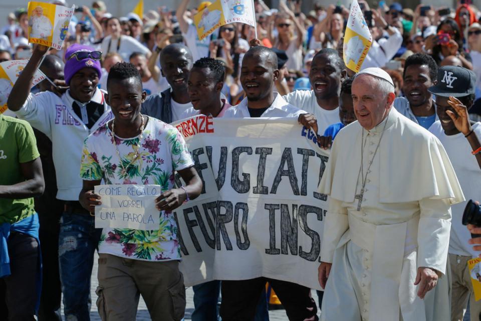 Francisco, antes de la pandemia, con refugiados en Italia.