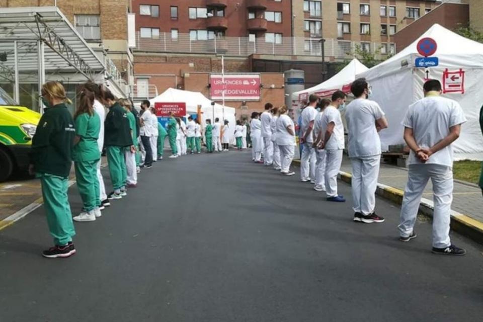 El personal de salud del Hospital Saint Pierre protesta por la falta de recursos sanitarios en la lucha contra la pandemia.