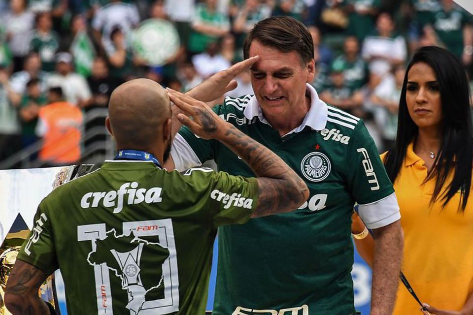 Jair Bolsonaro, busca mejorar su imagen con el fútbol.