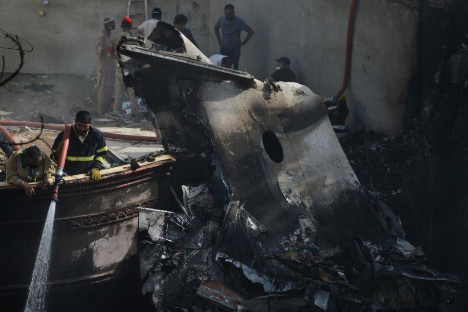 Un avión con 107 personas se estrelló en Pakistán