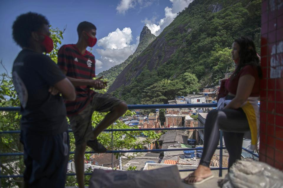 Un grupo de jóvenes convrsa en un balcón en la favela de Santa Marta, Río de Janeiro.