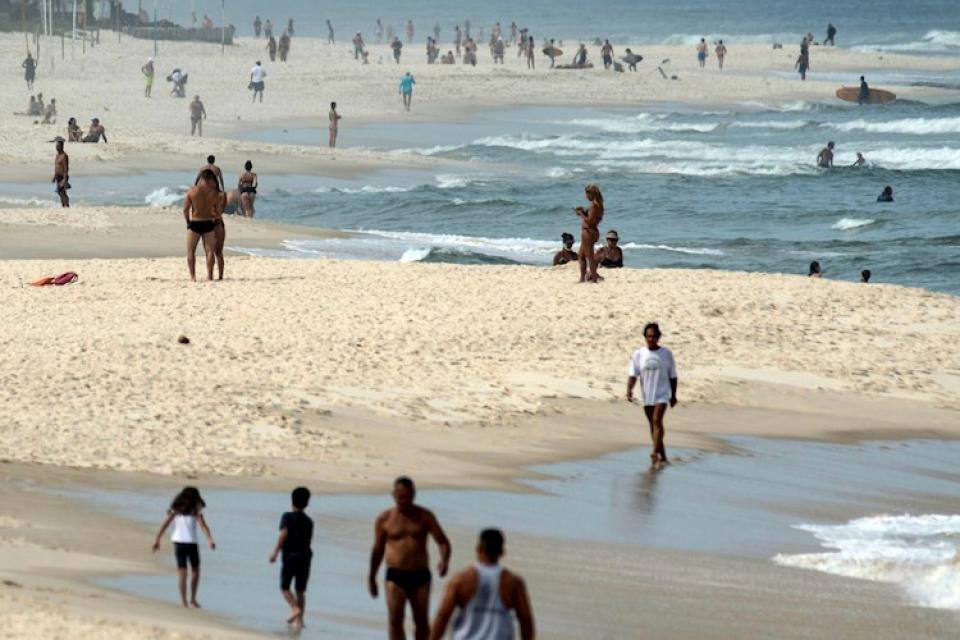 La gente salió hoy a la playa en Río de Janeiro pese a las medidas de cuarentena.