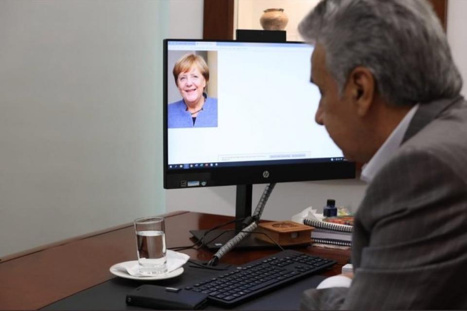 """El papelón de Lenín Moreno y su """"fotollamada"""" con Angela Merkel"""