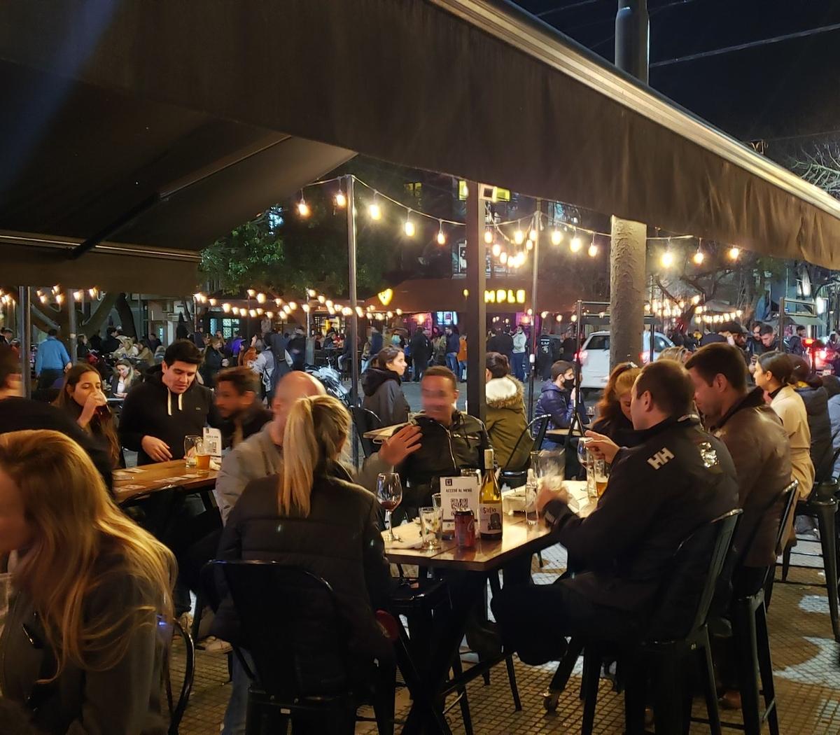 Las fotos y videos de la aglomeración en los bares ... | Página12
