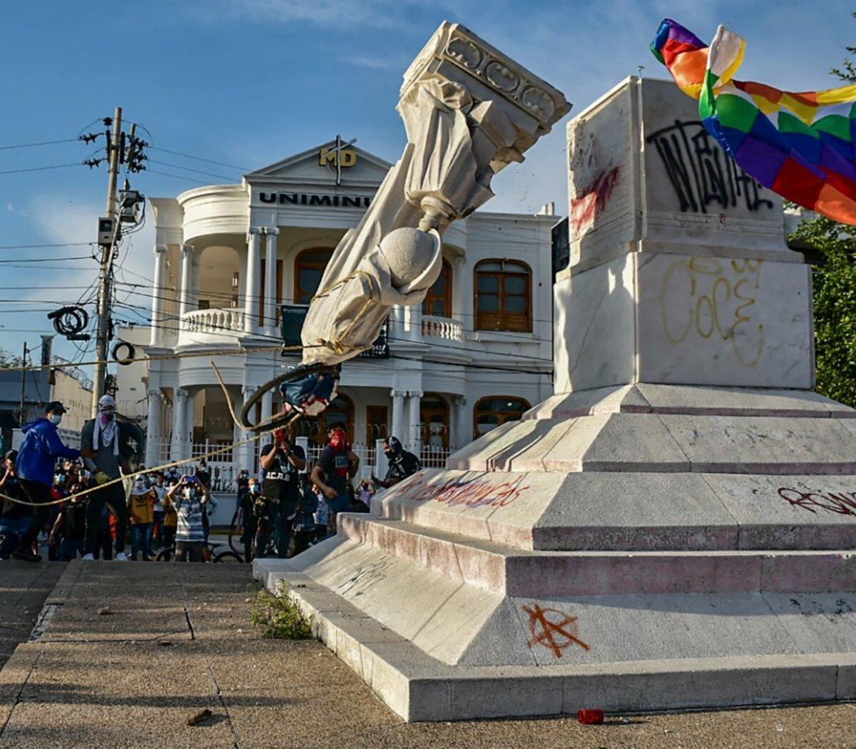 """Protestas en Colombia: derribaron una estatua de Cristóbal Colón en Barranquilla   Al grito de """"Colón asesino""""   Página12"""
