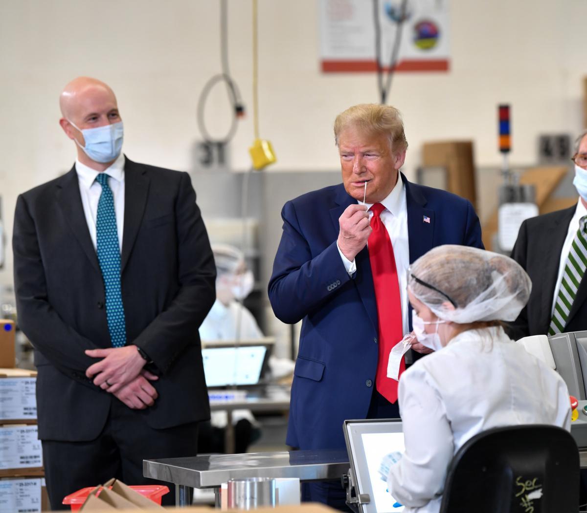 Trump visitó una fábrica de hisopos sin barbijo: tu... | Página12