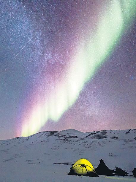 El cielo de la isla de fuego y hielo ofrece el asombroso espectáculo de las luces boreales.