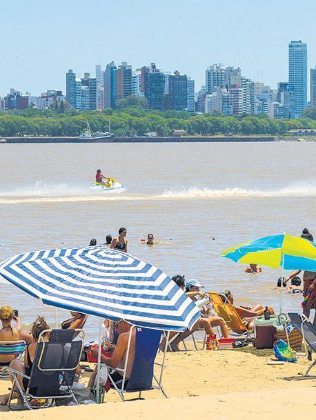El verano a orillas del Paraná tiene playa, deportes acuáticos y sabores de río.