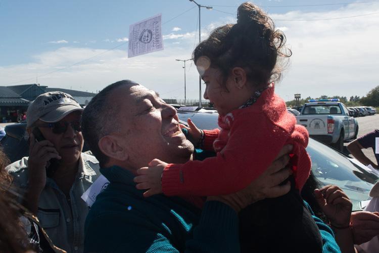 El dirigente social Luis D'Elía se reencuentra con su nieta al recuperar la libertad (Fuente: Télam)